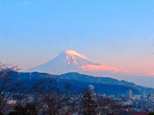 清水市船越堤から望む朝焼けの富士山-世界遺産