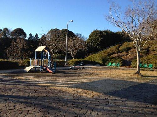船越堤公園の腹筋台のある広場の遊具
