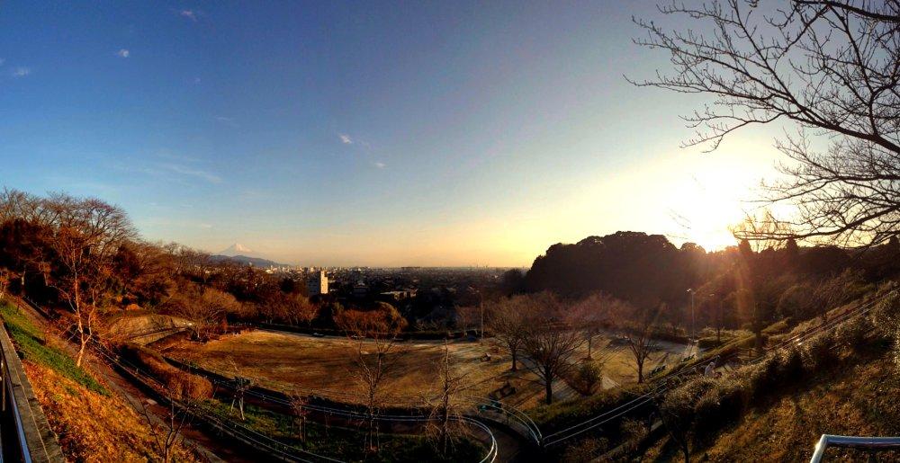 船越堤公園から富士山と清水市を望む朝